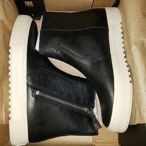 New Frye Gia lug zip bootie size 8.5 black
